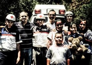 una squadra della croce rossa insanguinata per le riprese di un mio video