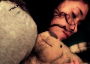 ragazza che dorme con orsacchiotto