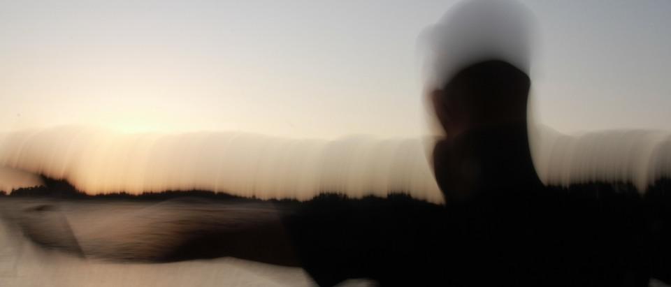Un uomo al tramonto e il senso di libertà