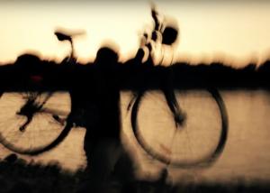 foto mossa uomo con bicicletta al tramonto