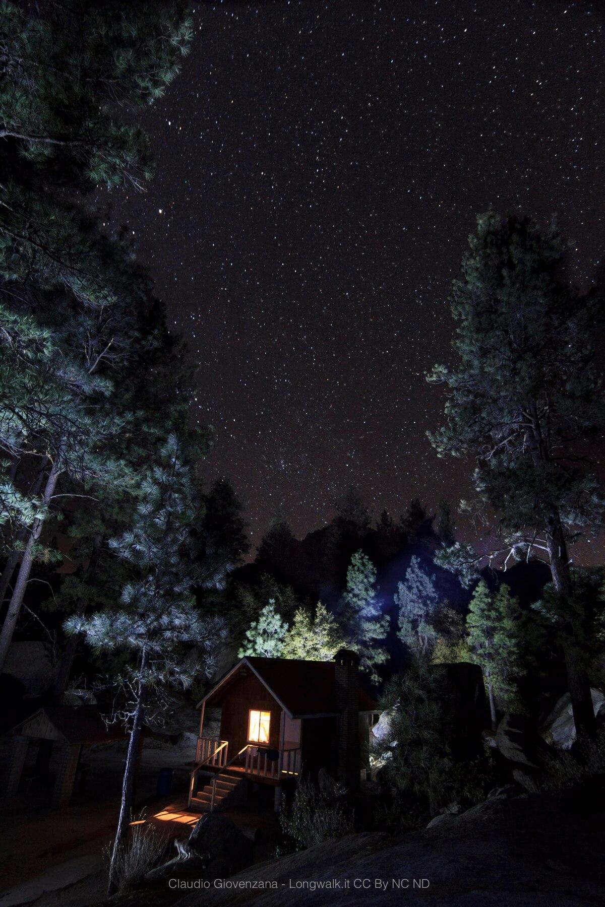Una capanna nel bosco sotto un cielo stellato in Bassa California durante il mio viaggio per le americhe