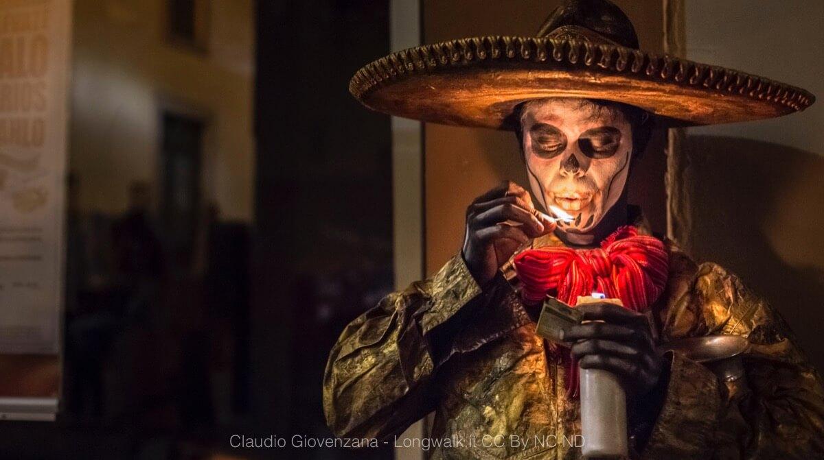 La fotografia di Viaggio Un ritratto di un charro messicano con sombrero pitturato da teschio, un simbolo del Messico
