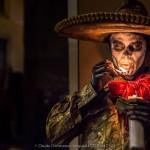 Un ritratto di un gaucho messicano con sombrero pitturato da teschio, un simbolo del Messico