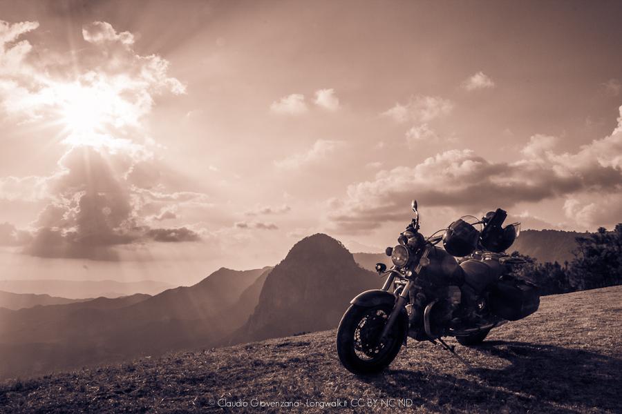 Motoguzzi California a duemila metri sopra la Valle Bravo in Messico