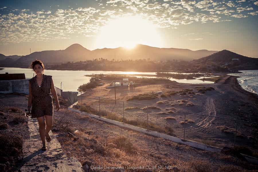 ua ragazza che cammina in un paradiso naturale in Mexico a Mulegé in bassa California