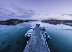 Amici su un molo norvegese di notte