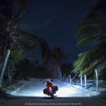 Guidando la moto di notte al chiarore della luna lungo la costa caraibica