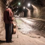 Un mariachi aspetta qualcosa in un tunnel, è l'abbandono