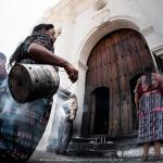 Donne Maya celebrano fuori dalla chiesa di Chichicastenango in Guatemala