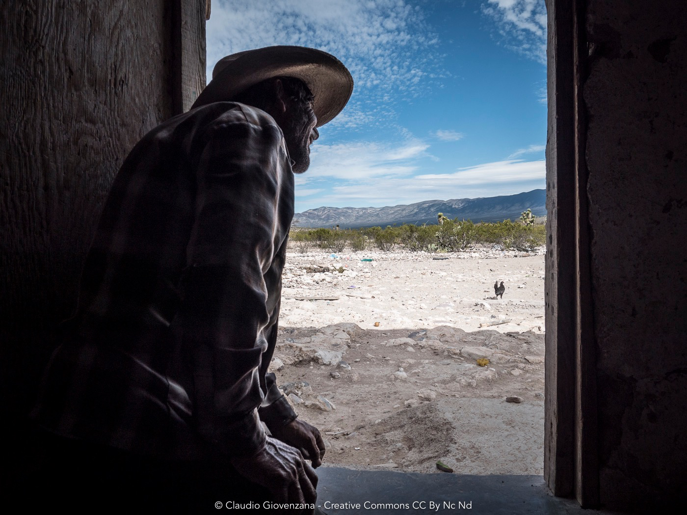 Un uomo che vive nel deserto del nord del Messico
