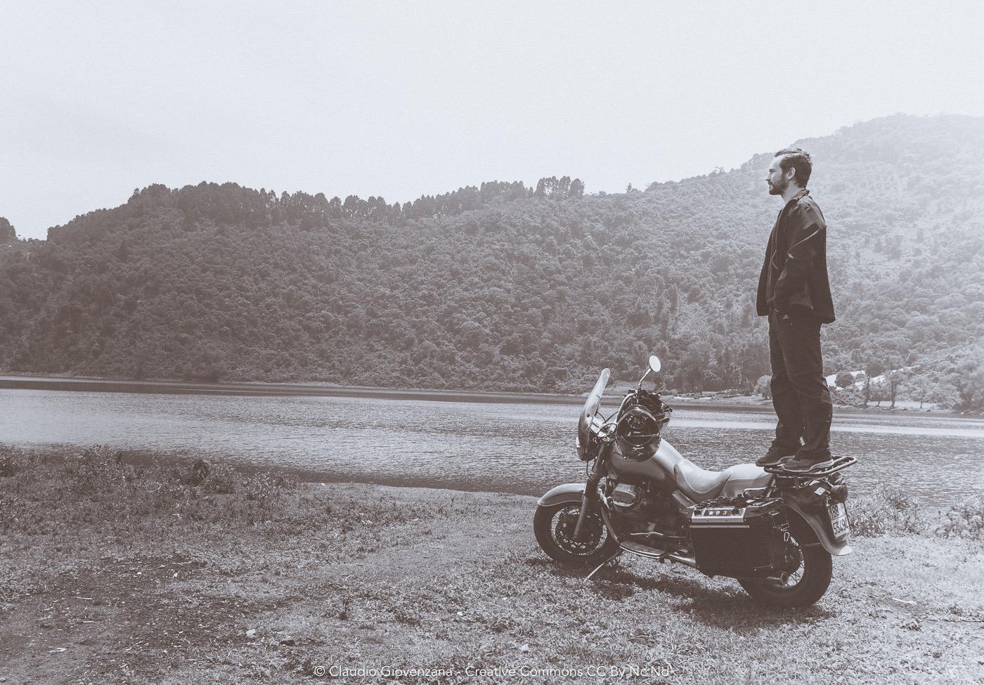 Claudio Giovenzana, in viaggio, sopra la moto che pensa al futuro