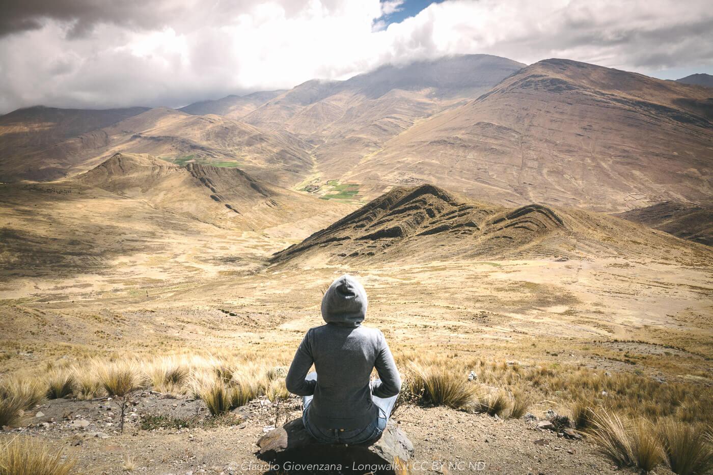 meditando di fronte alla Cordillera delle Ande