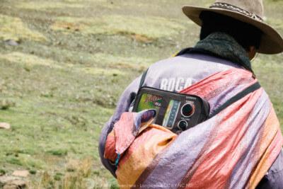 La radio che il pastore di lama porta alla schiena Perù