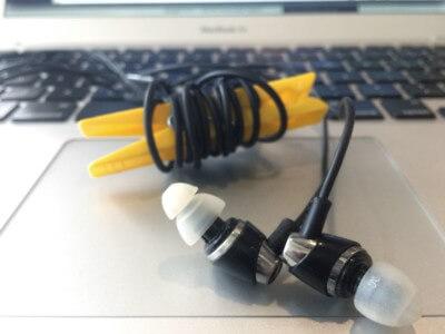 Trucco per sistemare gli auricolari per nomadi digitali